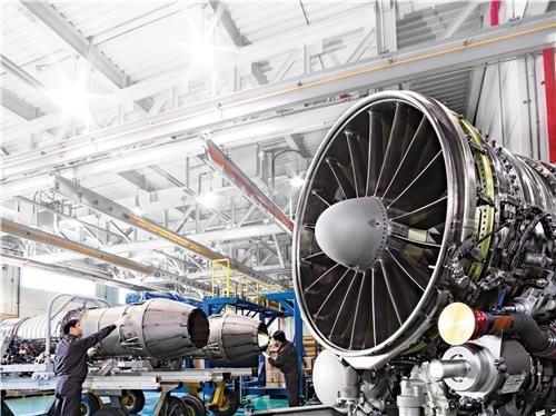 한화에어로스페이스 항공 엔진 검수 과정.