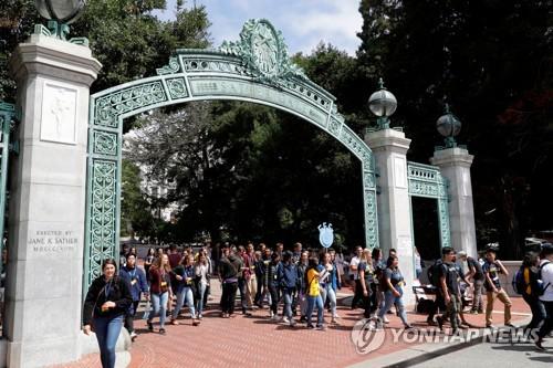 """SAT 점수 요구하는 UC 정책은 평등권 위반""…. UC  소송직면"