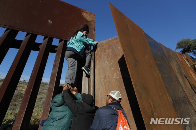 """트럼프 """"불법이민자 비용 연 2000억달러""""…장벽예산 재촉구"""