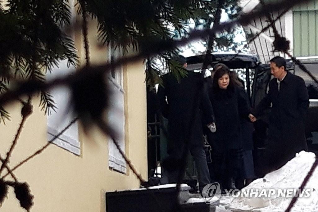 스톡홀름 북한 대사관 도착한 최선희 부상 일행