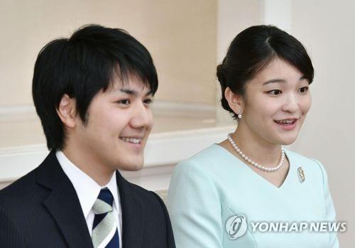 약혼 발표 기자회견하는 마코 공주와 고무로씨(2017.9.3)