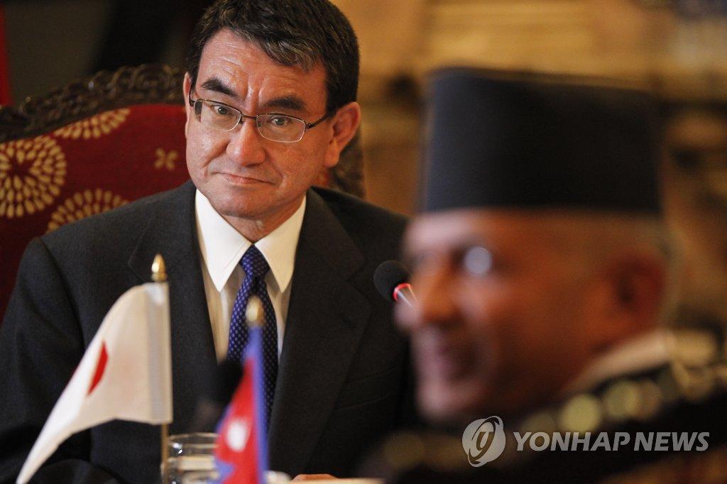 고노 다로 일본 외무상(왼쪽) [AP=연합뉴스 자료사진]