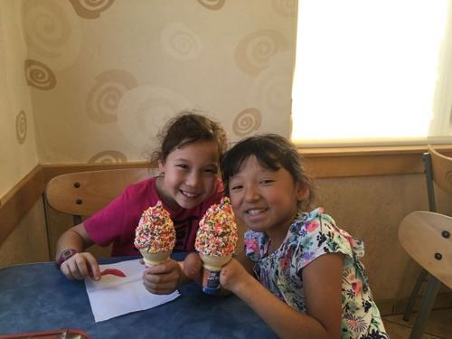 언니 베로니카(좌)와 함께 아이스크림을 든 세라 하인즐리