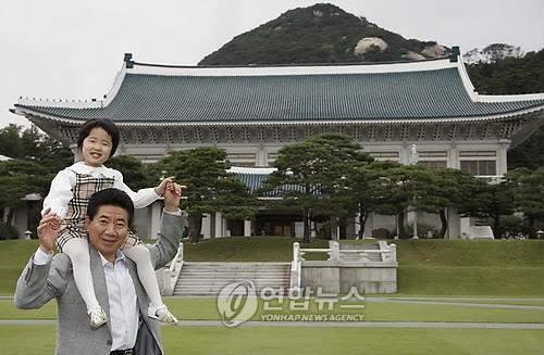 손녀 목말 태운 노무현 전 대통령