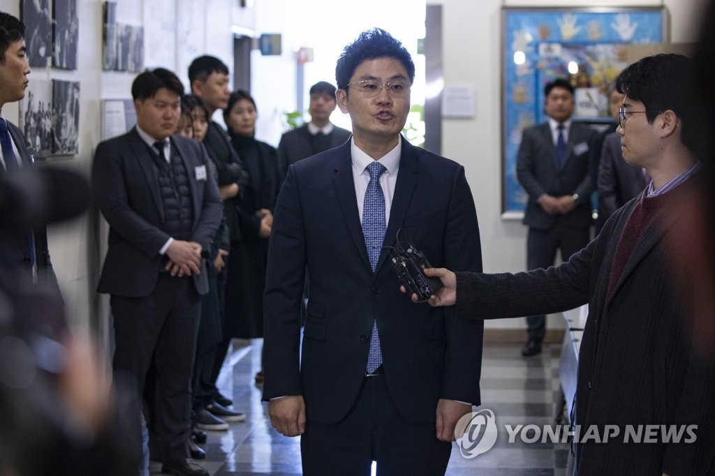 취재진 앞에 선 YG 양민석 대표