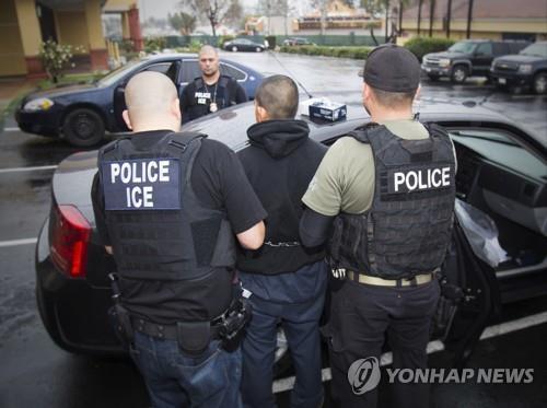 미 연방 이민세관단속국(ICE) 요원의 불법 이민자 체포