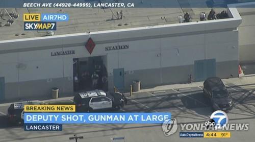 미 LA카운티 부보안관 에인절 레이노사가 21일 스나이퍼가 쏜 총에 맞았다고 주장한 랭커스터의 보안관실 외부 모습. [AP=연합뉴스 자료사진]