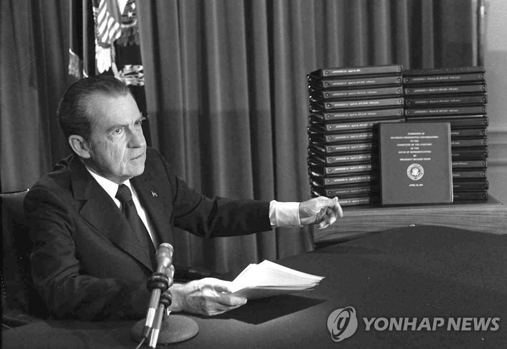 '트럼프 뇌물죄' 콕 찍은 민주, 탄핵전략 궤도수정