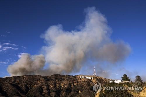 할리우드 사인 위로 피어오른 산불 연기