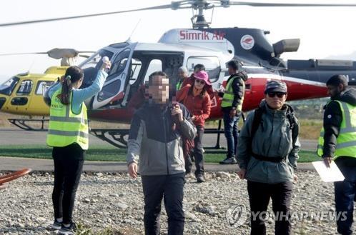 헬기를 이용, 포카라 공항으로 이동한 여행자들