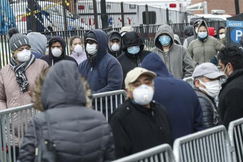 뉴욕 퀸스의 한 병원 앞에서 코로나19 검사 기다리는 시민들