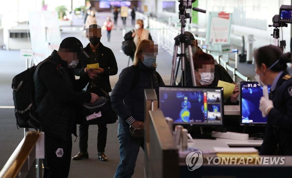 발열검사 받는 인천공항 입국자들