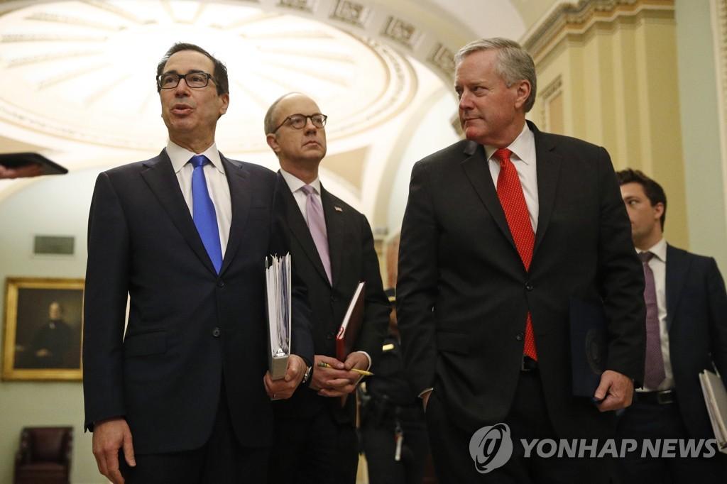 협상에 참석한 스티븐 므누신 미 재무장관(좌) 에릭 우랜드 백악관 의회담당관(가운데), 마크 메도스 백악관 신임 비서실장(우)