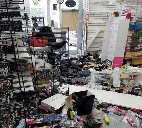 약탈 피해를 당한 필라델피아의 한인 점포
