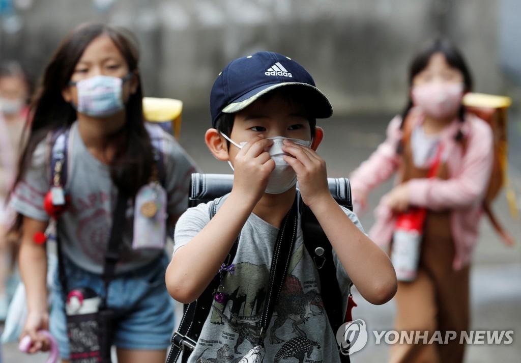 지난 16일 도쿄에서 마스크를 쓴 아이들이 등교하고 있다.[로이터=연합뉴스 자료사진]
